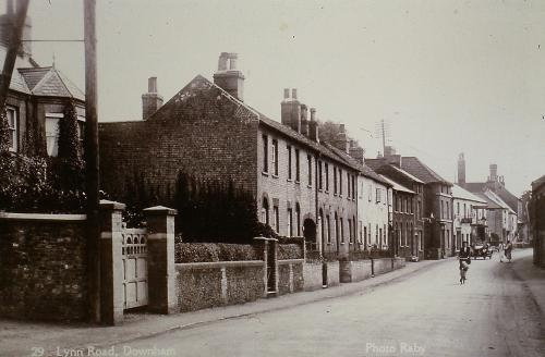 128 High St. D. Mkt. Castle Hotel At the end. Lloyds Bank left, the Swan Becketts shoe shop, Coffee Pot Inn right